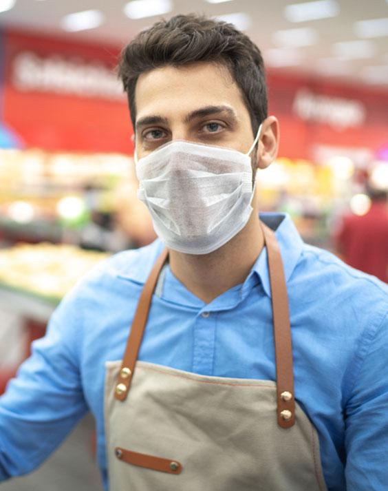 Homen utilizando máscara de proteção